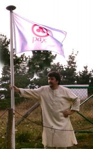 Leo y la Bandera de la Paz en La Colina de Laurel