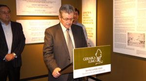 La Asociación ADA del País Vasco hace entrega de la Bandera de la Paz a Gernika junto al ICR de Moscú