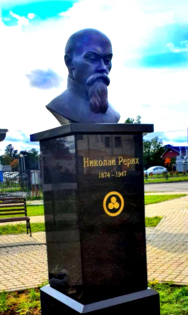 Monumento de Alexey Leonov en Volosovo, Leningrado, Rusia